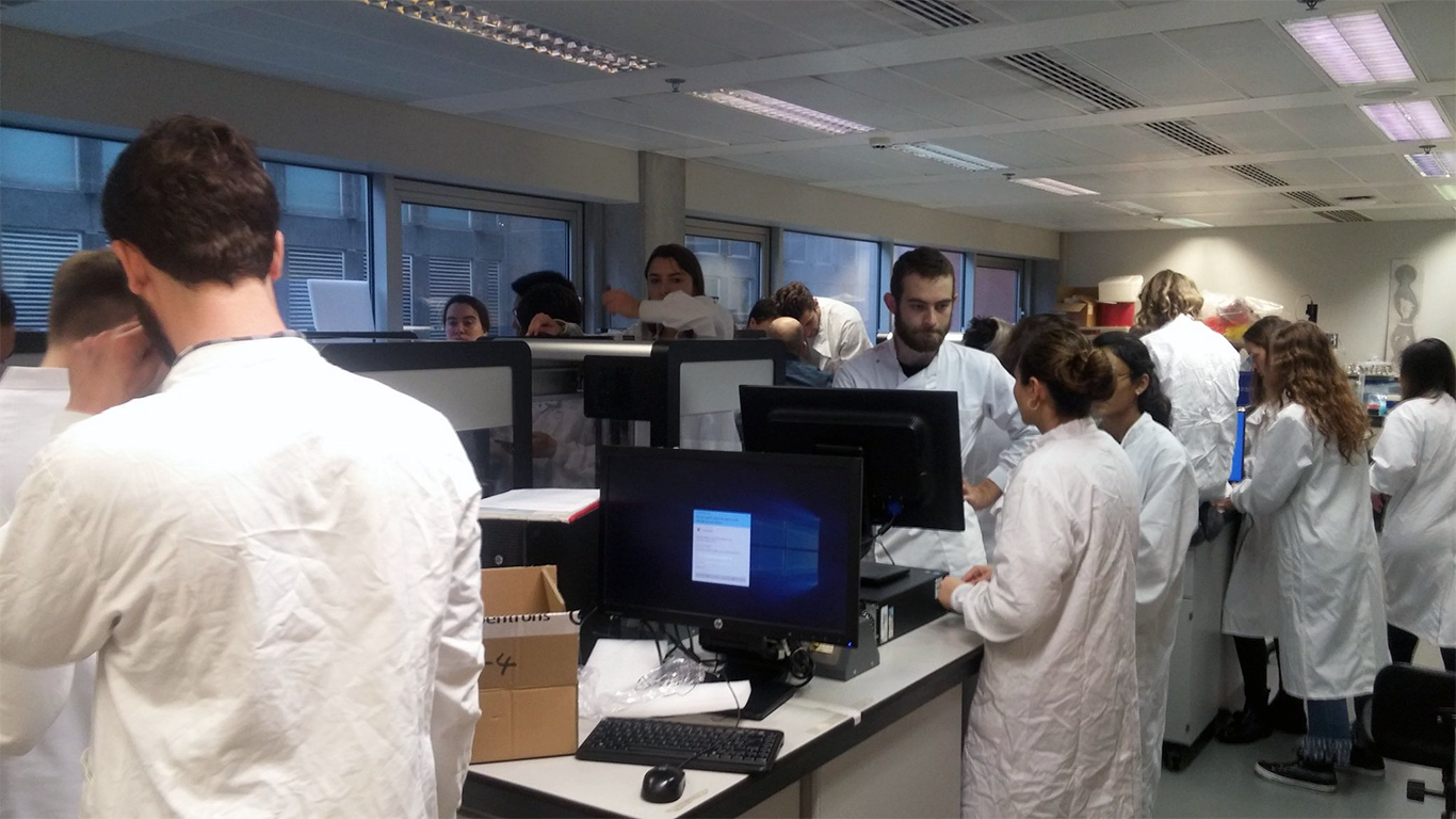 Students-setting-up-Imperial-College-Biofoundry